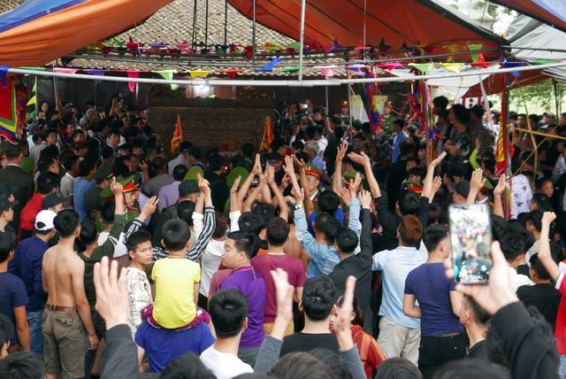 Trai làng vây kín đền phản đối dừng hội cướp phết - 6