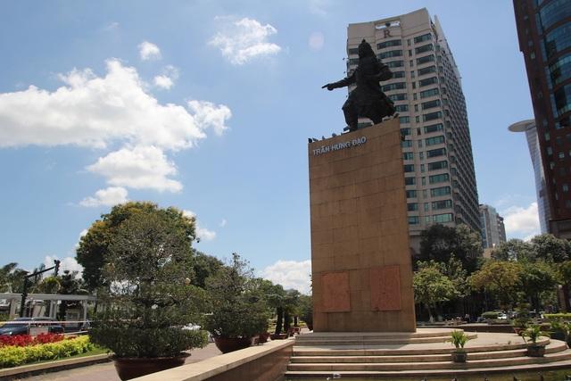 Quận 1 lên tiếng về việc di dời lư hương trước tượng đài Trần Hưng Đạo - 2
