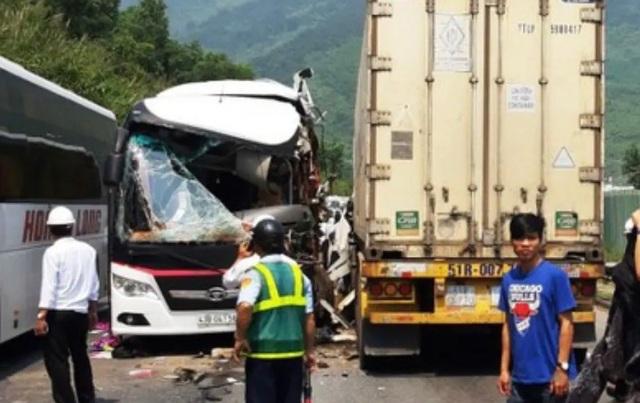 Xe khách nát bươm sau khi tông xe container, 13 du khách nhập viện - 3