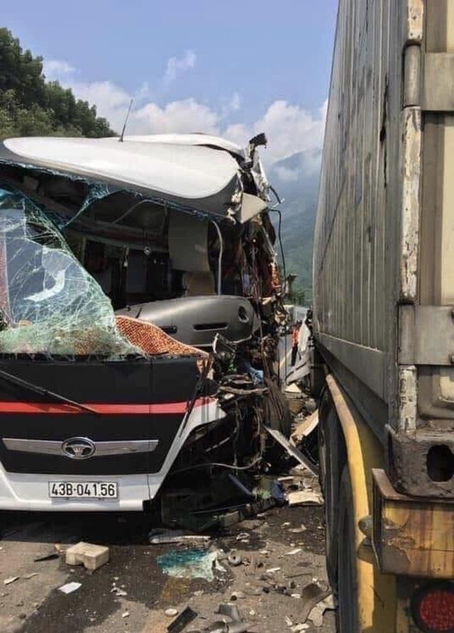 Xe khách nát bươm sau khi tông xe container, 13 du khách nhập viện - 1