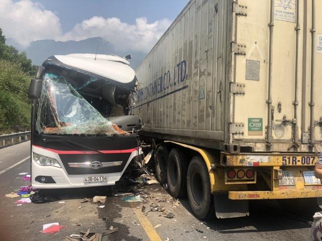 Xe khách nát bươm sau khi tông xe container, 13 du khách nhập viện - 2