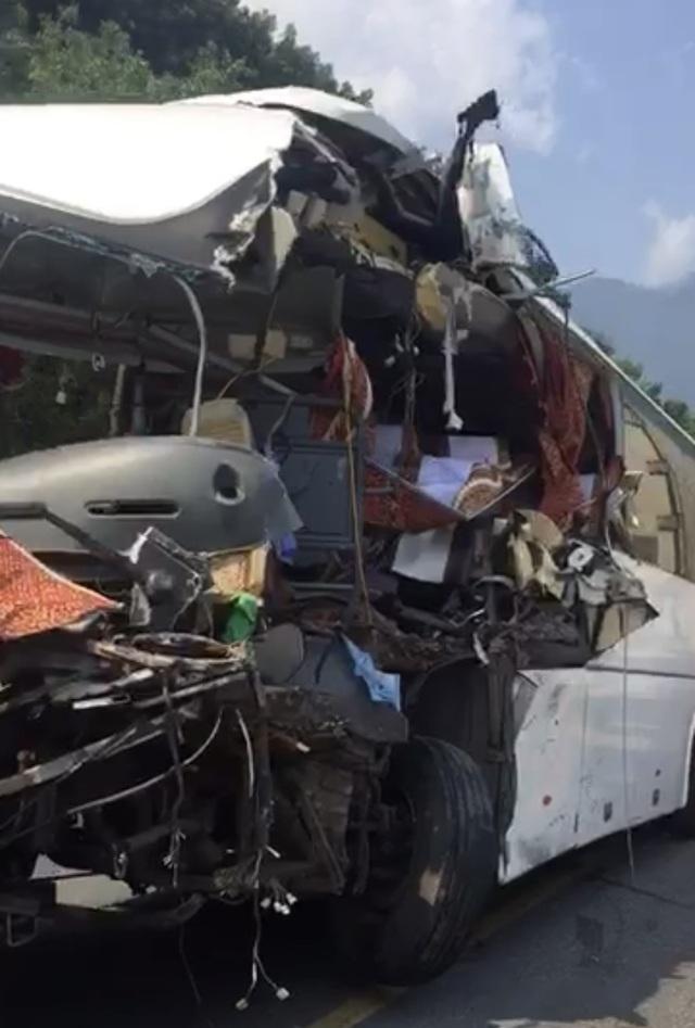 Xe khách nát bươm sau khi tông xe container, 13 du khách nhập viện - 4