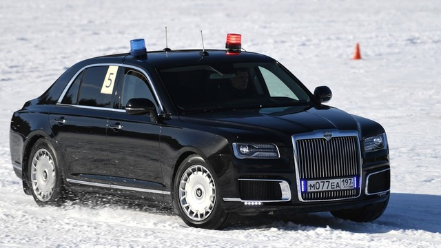 Cận vệ của ông Putin trổ tài đua xe trên tuyết - 1
