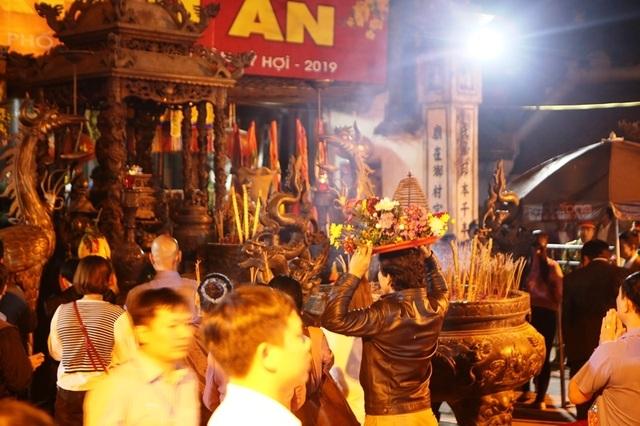 """""""Biển người"""" chờ đợi, nhiều người xé rào để vào dự lễ Khai ấn đền Trần - 9"""