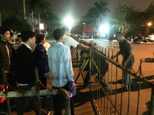 """""""Biển người"""" chờ đợi, nhiều người xé rào để vào dự lễ Khai ấn đền Trần - 5"""