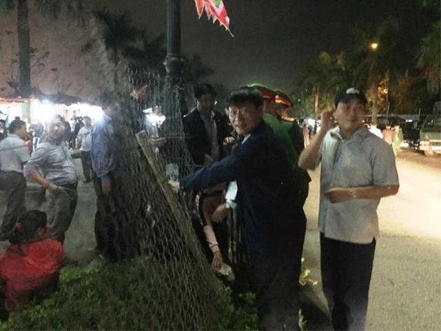"""""""Biển người"""" chờ đợi, nhiều người xé rào để vào dự lễ Khai ấn đền Trần - 2"""
