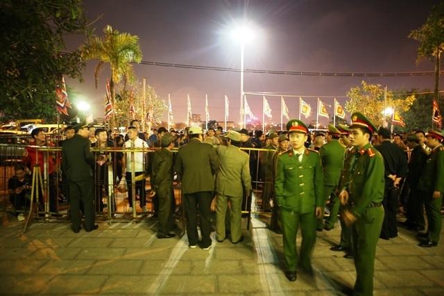 """""""Biển người"""" chờ đợi, nhiều người xé rào để vào dự lễ Khai ấn đền Trần - 7"""