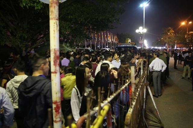 """""""Biển người"""" chờ đợi, nhiều người xé rào để vào dự lễ Khai ấn đền Trần - 8"""