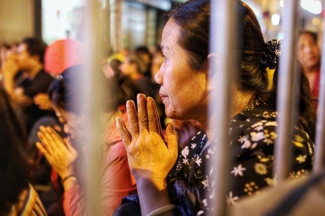 Choáng ngợp cảnh hàng nghìn người ngồi kín lòng đường làm lễ cầu an ở Hà Nội - 8