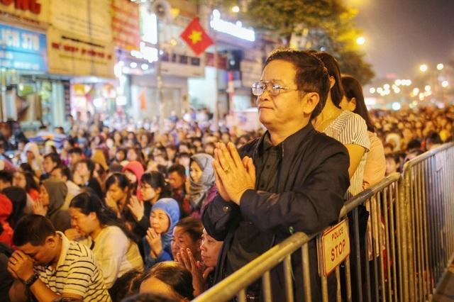 Choáng ngợp cảnh hàng nghìn người ngồi kín lòng đường làm lễ cầu an ở Hà Nội - 10
