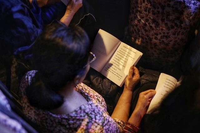 Choáng ngợp cảnh hàng nghìn người ngồi kín lòng đường làm lễ cầu an ở Hà Nội - 11