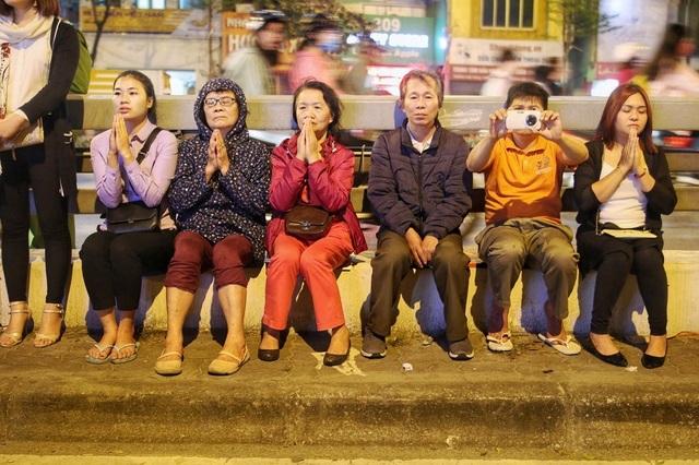 Choáng ngợp cảnh hàng nghìn người ngồi kín lòng đường làm lễ cầu an ở Hà Nội - 12