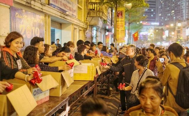 Choáng ngợp cảnh hàng nghìn người ngồi kín lòng đường làm lễ cầu an ở Hà Nội - 13