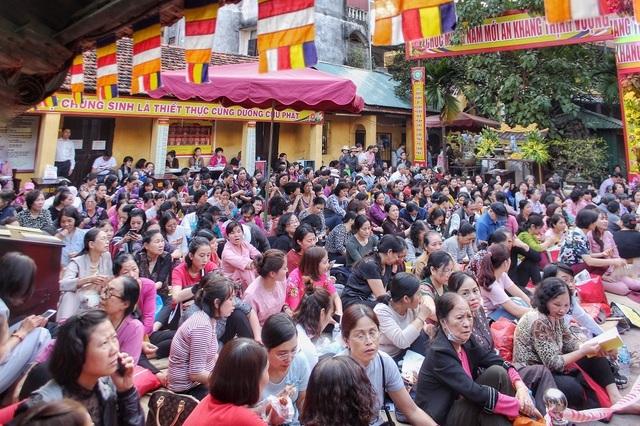 Choáng ngợp cảnh hàng nghìn người ngồi kín lòng đường làm lễ cầu an ở Hà Nội - 2