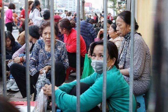 Choáng ngợp cảnh hàng nghìn người ngồi kín lòng đường làm lễ cầu an ở Hà Nội - 3
