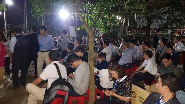 """""""Biển người"""" chờ đợi, nhiều người xé rào để vào dự lễ Khai ấn đền Trần - 13"""