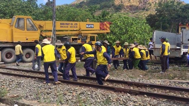 7 giờ nỗ lực khắc phục sự cố lật tàu, thông tuyến đường sắt Bắc - Nam - 4