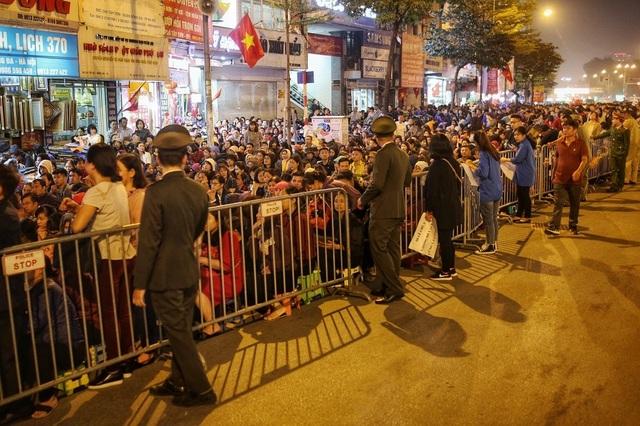 Choáng ngợp cảnh hàng nghìn người ngồi kín lòng đường làm lễ cầu an ở Hà Nội - 4
