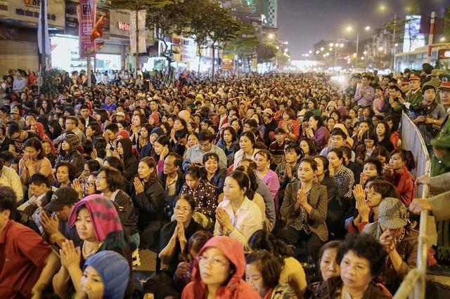 Choáng ngợp cảnh hàng nghìn người ngồi kín lòng đường làm lễ cầu an ở Hà Nội - 5