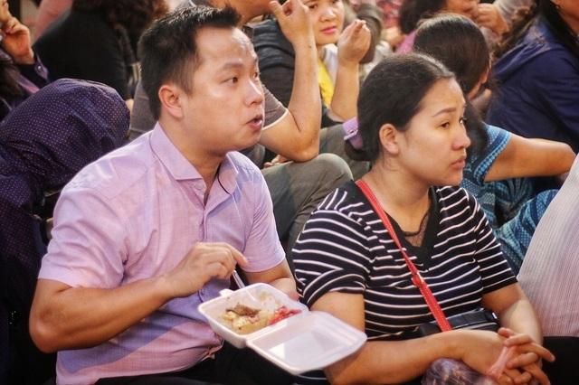 Choáng ngợp cảnh hàng nghìn người ngồi kín lòng đường làm lễ cầu an ở Hà Nội - 6