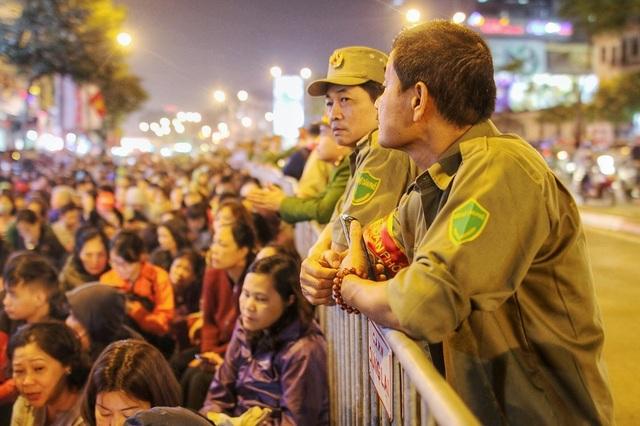 Choáng ngợp cảnh hàng nghìn người ngồi kín lòng đường làm lễ cầu an ở Hà Nội - 7