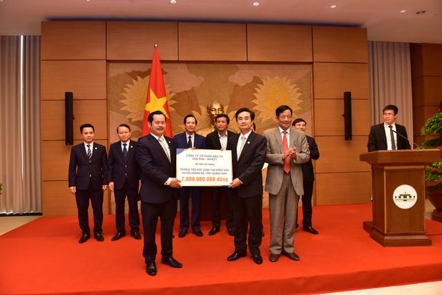 Anh1.Văn Phú – Invest trao tặng 7 tỷ đồng hỗ trợ xây dựng trường tiểu học vùng cao.jpg