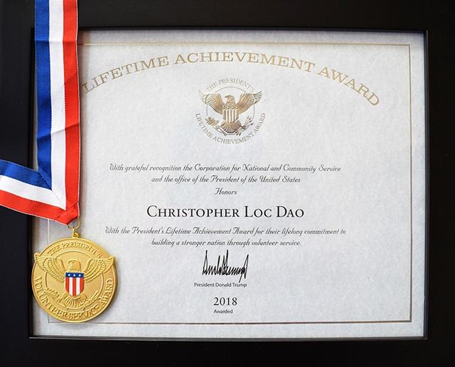 Chủ tịch USIS Group - người Mỹ gốc Việt được nhận giải thưởng thành tựu trọn đời do Tổng Thống Mỹ Donald Trump ký tặng