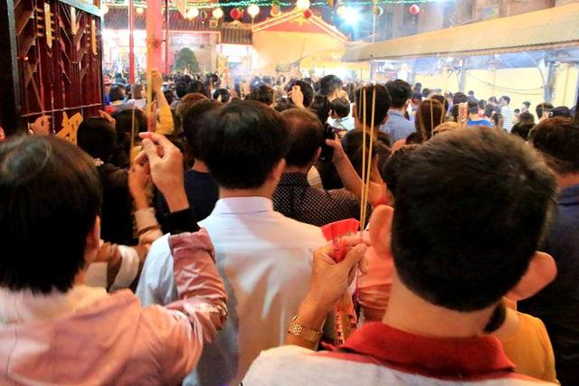 Biển người thức trắng đêm dâng lễ tại chùa Bà - 8