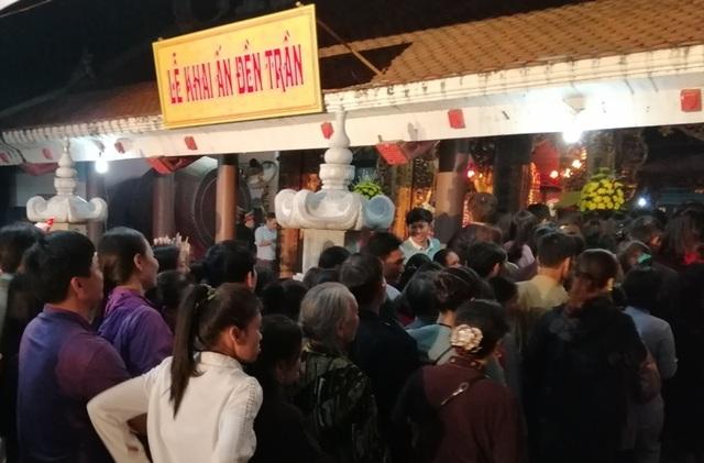 Đền Trần Thanh Hóa phát 10.000 lá ấn cho người dân và du khách - 12