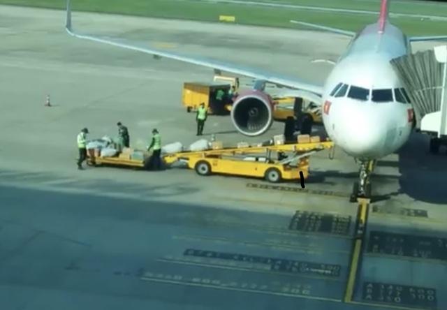 Kỷ luật 2 nhân viên ném hành lý của khách ở sân bay Đà Nẵng - 1