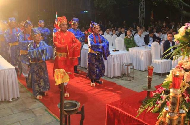 Đền Trần Thanh Hóa phát 10.000 lá ấn cho người dân và du khách - 2