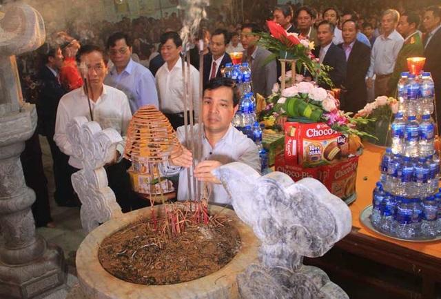 Đền Trần Thanh Hóa phát 10.000 lá ấn cho người dân và du khách - 4