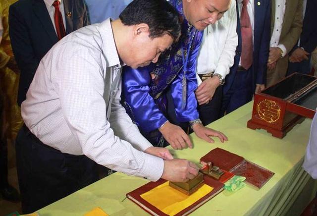 Đền Trần Thanh Hóa phát 10.000 lá ấn cho người dân và du khách - 7