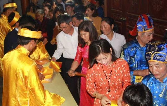 Đền Trần Thanh Hóa phát 10.000 lá ấn cho người dân và du khách - 10