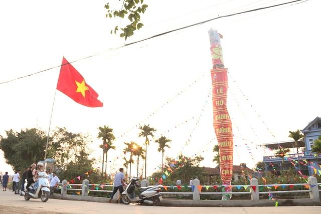 Đuốc khổng lồ cao bằng tòa nhà ở hội làng Tường Phiêu - 1