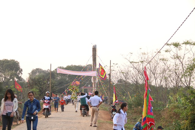 Đuốc khổng lồ cao bằng tòa nhà ở hội làng Tường Phiêu - 2
