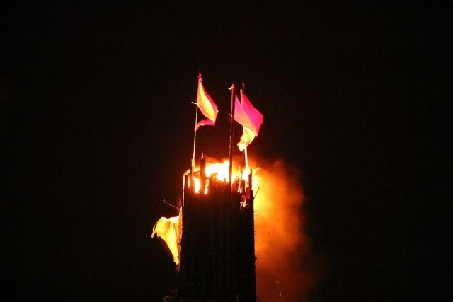 Đuốc khổng lồ cao bằng tòa nhà ở hội làng Tường Phiêu - 4