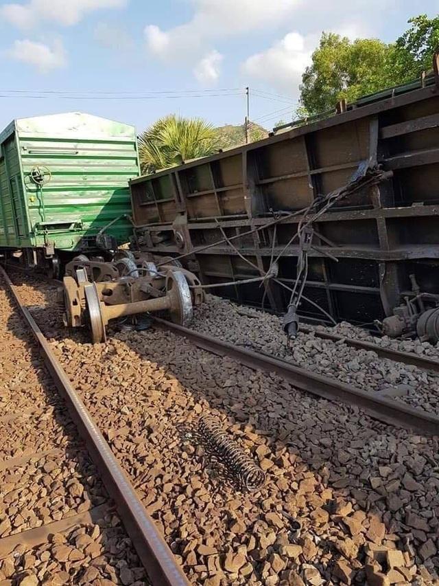 Tàu hỏa trật bánh rồi lật nghiêng, đường sắt Bắc - Nam tê liệt - 1
