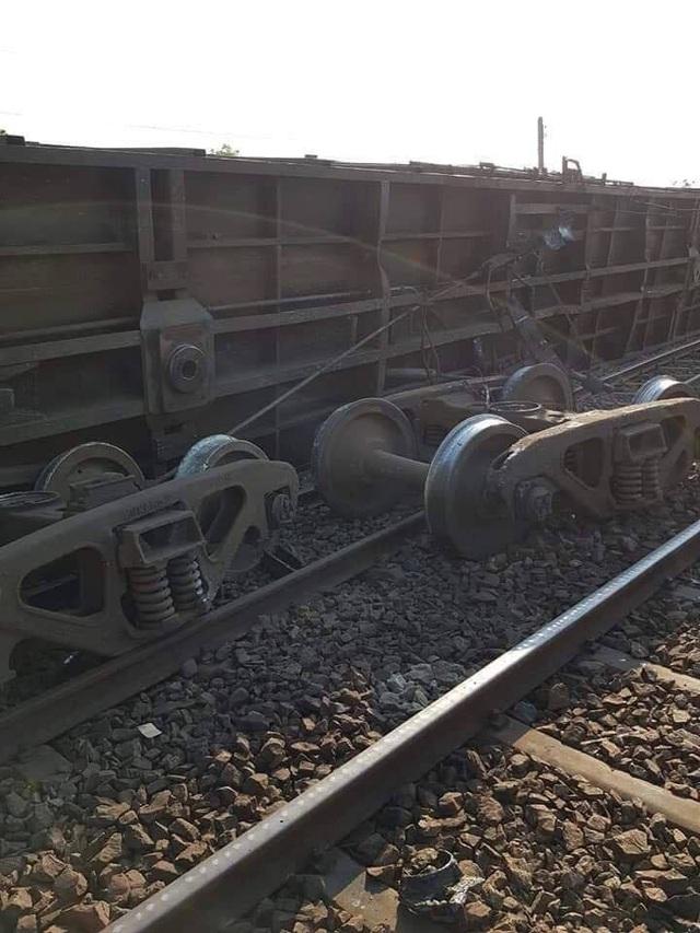 Tàu hỏa trật bánh rồi lật nghiêng, đường sắt Bắc - Nam tê liệt - 2