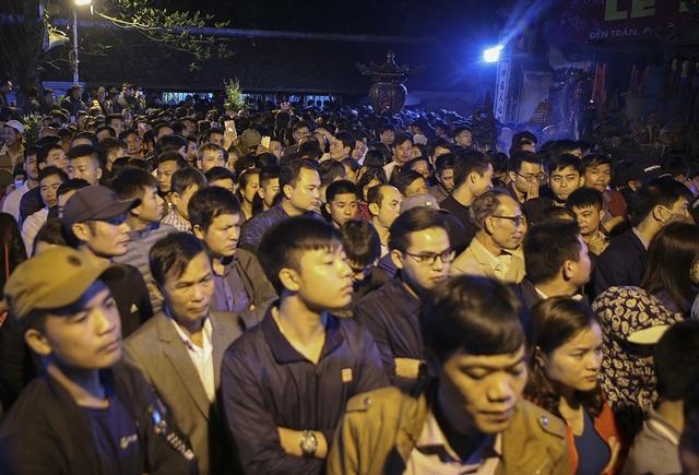Hàng nghìn người xếp hàng chờ xin ấn đền Trần - 1