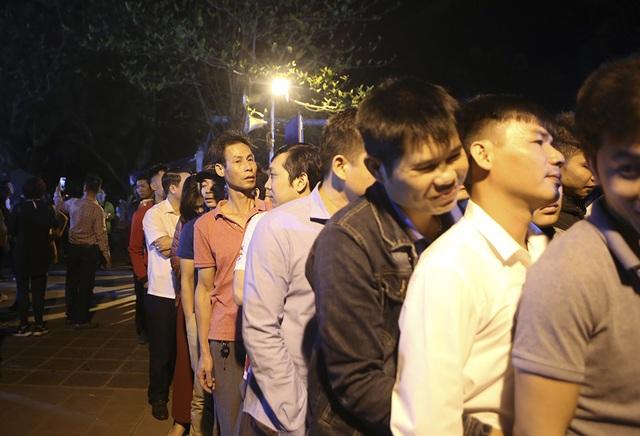 Hàng nghìn người xếp hàng chờ xin ấn đền Trần - 9