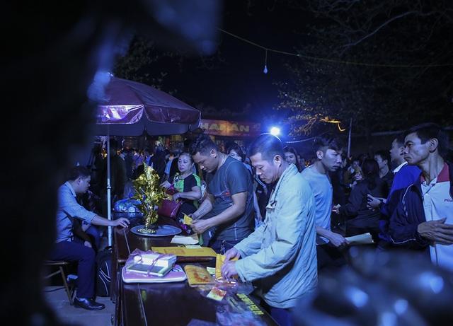 Hàng nghìn người xếp hàng chờ xin ấn đền Trần - 6