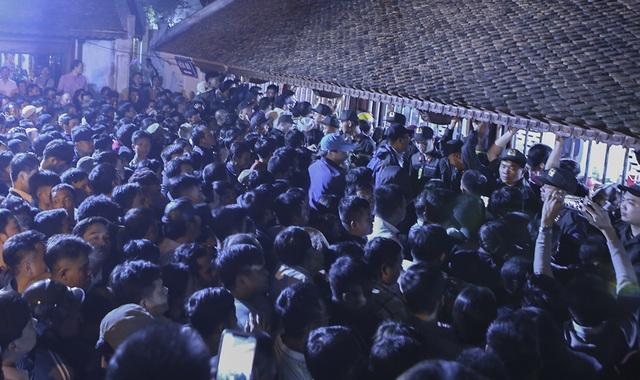 Hàng nghìn người xếp hàng chờ xin ấn đền Trần - 2