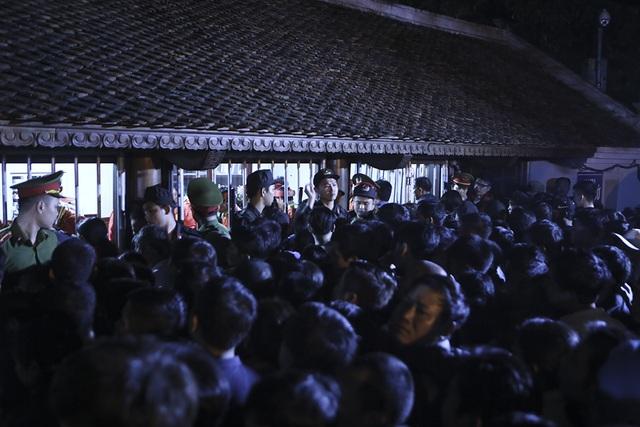 Hàng nghìn người xếp hàng chờ xin ấn đền Trần - 10