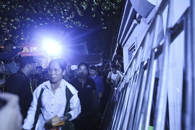 Hàng nghìn người xếp hàng chờ xin ấn đền Trần - 8