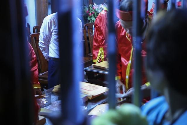 Hàng nghìn người xếp hàng chờ xin ấn đền Trần - 11