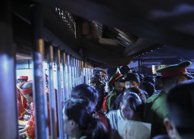 Hàng nghìn người xếp hàng chờ xin ấn đền Trần - 12