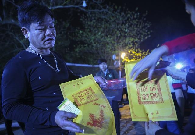 Hàng nghìn người xếp hàng chờ xin ấn đền Trần - 7