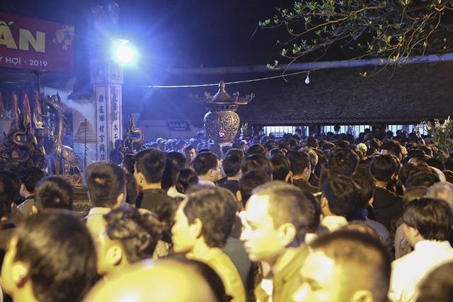 Hàng nghìn người xếp hàng chờ xin ấn đền Trần - 5