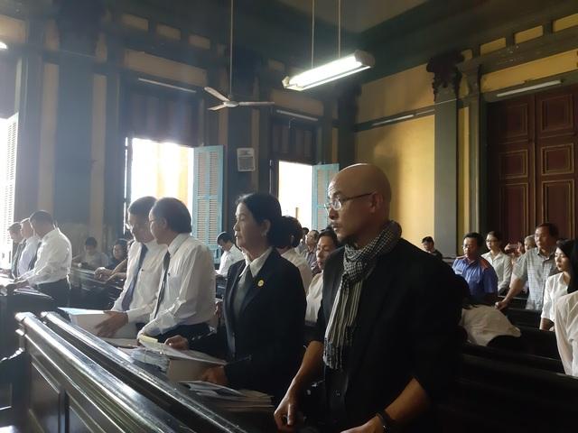 Vợ chồng chủ cà phê Trung Nguyên gay gắt chuyện tiền nuôi con tại tòa - 1